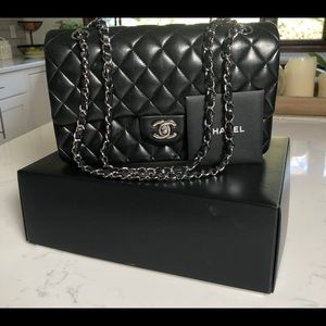 CLASSIC BLACK CHANEL QUILTED LAMBSKIN SHOULDER BAG